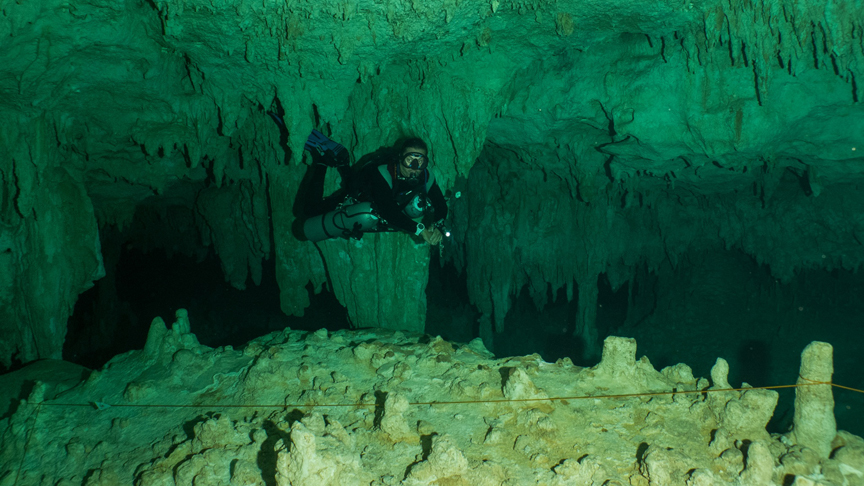buzo en side mount en cenote