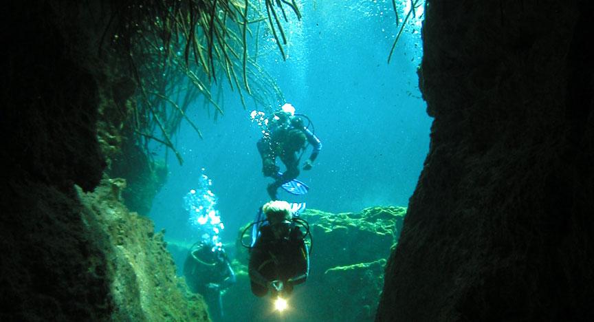 buzos en el cenote Manati