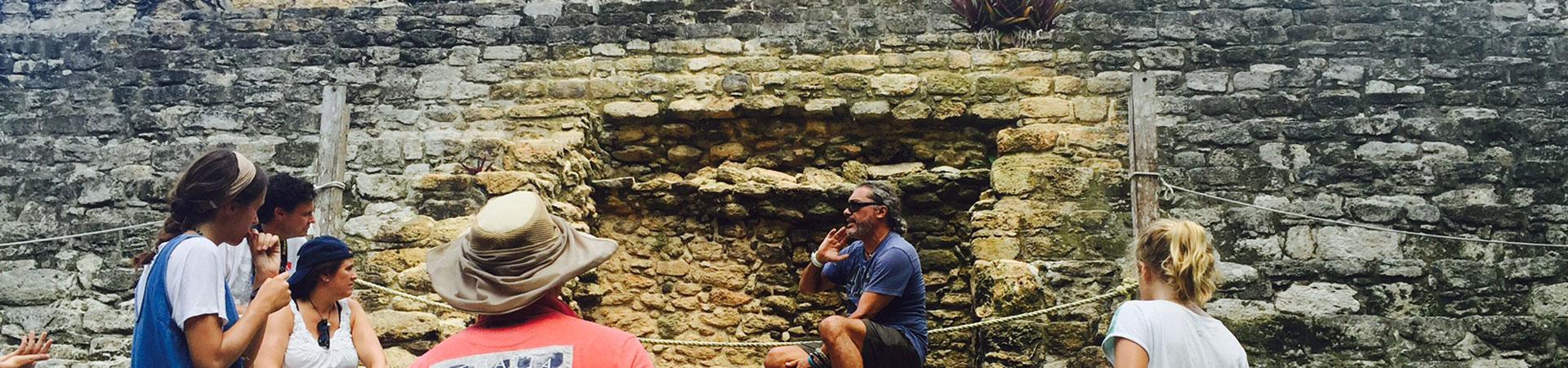 turistas en las piramides mayas de Chacchoben